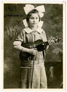 Belle Lipton holding her violin